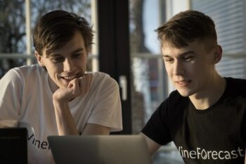 Paul und Richard Petersik tauschen sich über VineForecast aus